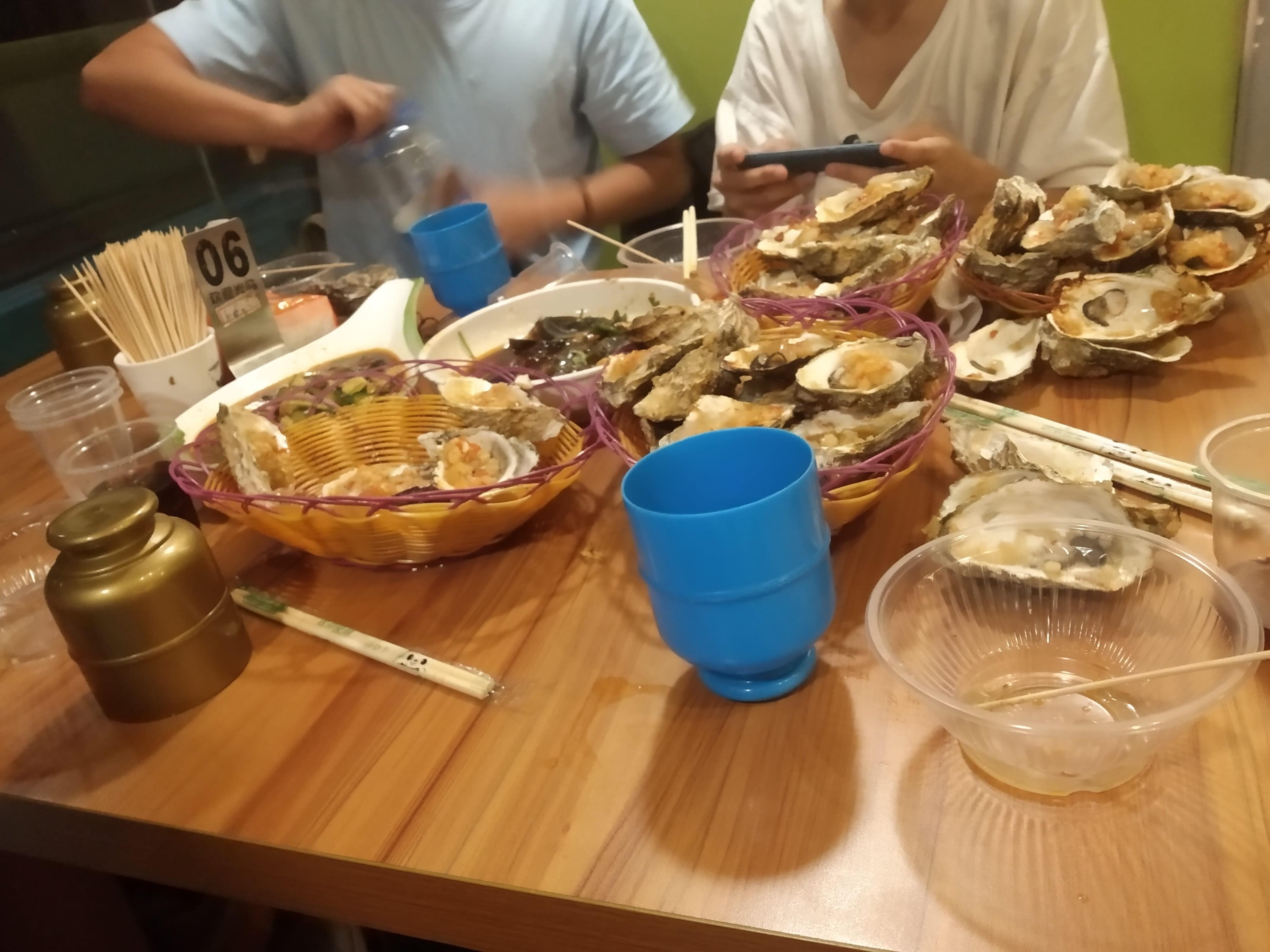 和朋友们吃生蚝
